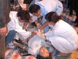 医护人员在抢救学生