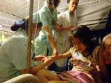 护士在为受伤女孩治疗
