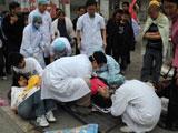 医护人员在救治伤员