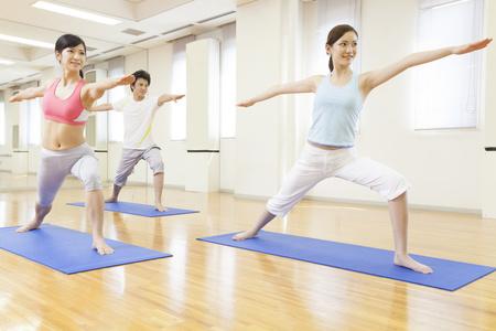 力量瑜伽练习稳健的步伐和纤细的曲线