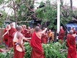 僧侣出动 清除路障