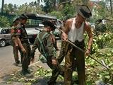 缅甸军人在清理折断树木
