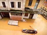 村民划艇穿过街巷