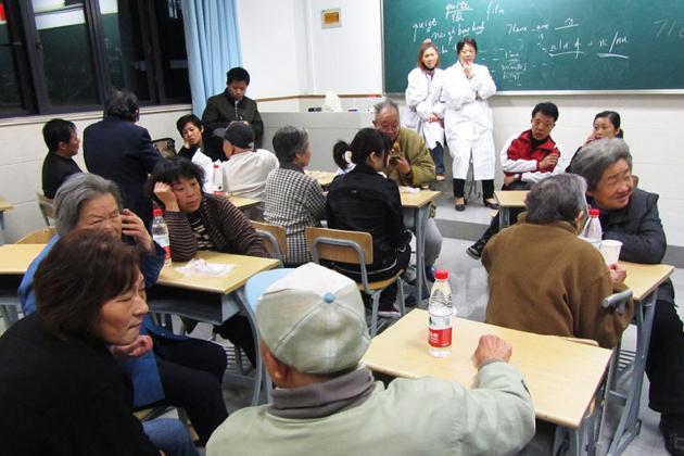 市一中学安置点内的居民与医护人员