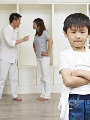 春节儿童吃零食应该有家人监督