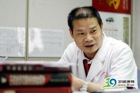 广东省第二人民医院皮肤科主任温炬:盲目涂抹药膏加重阴囊湿疹病情