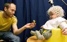 为探究自闭症婴儿满头电极