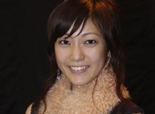 日本式微笑,即职业性的微笑,皮笑肉不笑,并不发自内心的假笑。