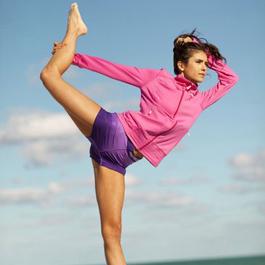 好莱坞女星海边练瑜伽