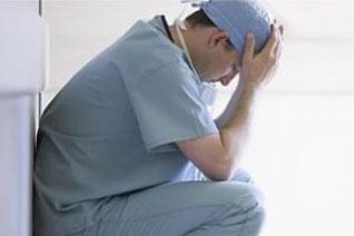 九成医生不满行医环境 高投入低收入身累心更累