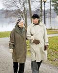 老人散步别背手不益健康