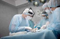医生47年弯腰做手术变驼背,