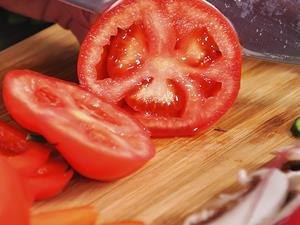 空腹生吃番茄竟吃出胃结石
