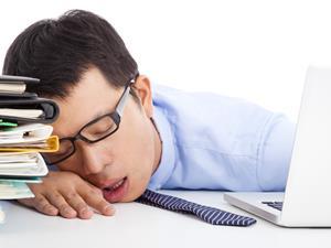 趴着睡伤胃?上班族午睡的正确姿势