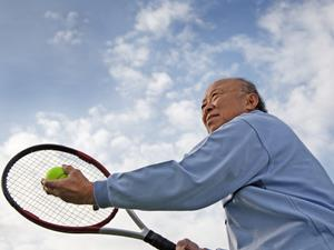撞树锻炼,老人锻炼,老人保健