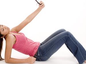 半躺玩手机 腰椎很受伤