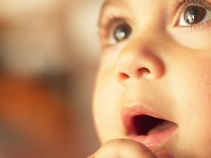斜视,预防斜视,孩子斜视,5岁女童受惊吓变斜视 3种预防斜视方法家长须知