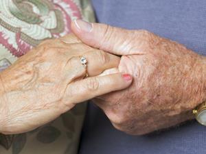 英55岁癌症病人与爱人病房内完婚