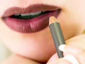 为什么嘴唇老是干燥脱皮?