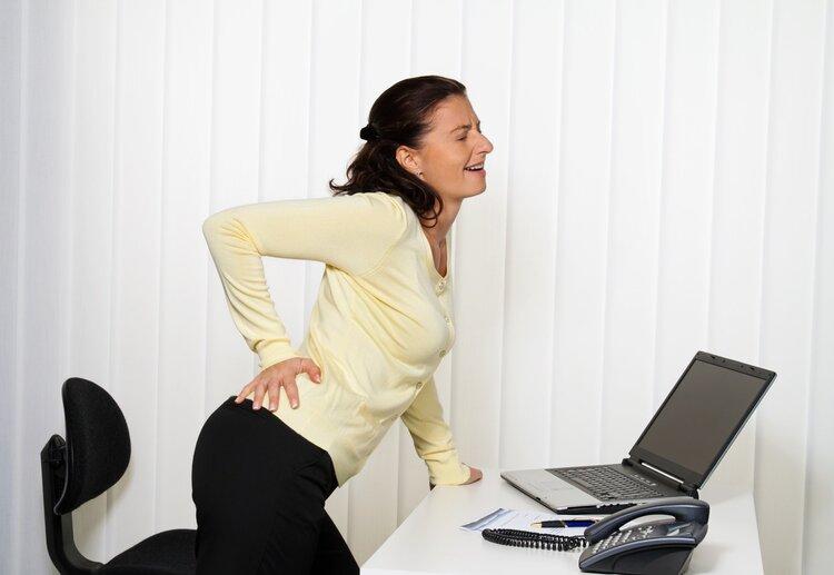 """核磁显示""""腰椎间盘突出"""",要治吗?医生回复:不痛就不用"""