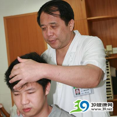 广州军区总医院宁俊忠:多游泳能有效预防颈椎病