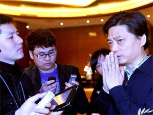 """崔永元被记者包围坦言""""没整明白药价"""""""