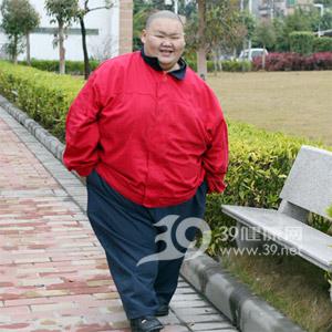 """""""中��第一胖""""梁用手术后半年减重100斤"""