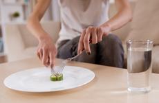 素食网红偷吃肉自称贫血!吃素是不是会引起营养不良?