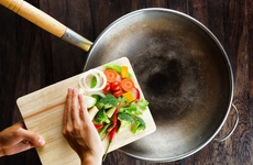 炒菜不当也会产生致癌物?4个不良烹饪习惯,很可能你还在做