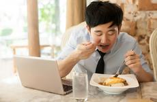 饮食习惯:边吃饭边喝水好不好?