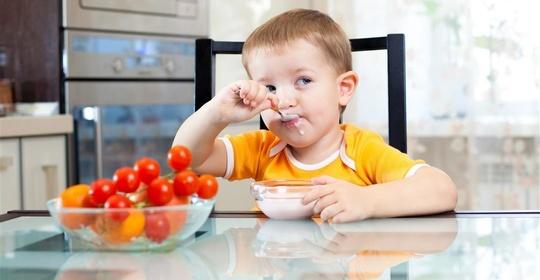 还在追着喂饭?这样做,让孩子学会自己吃饭!