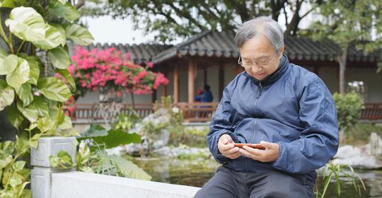 央视关注老人用健康码难题!网友:社会要等一等走得慢的人!