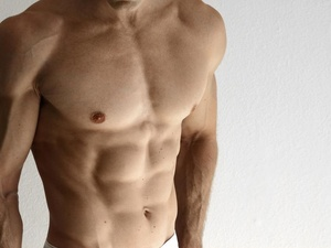 金秀贤腹肌,结实有型!男人8块腹肌如何练出来?