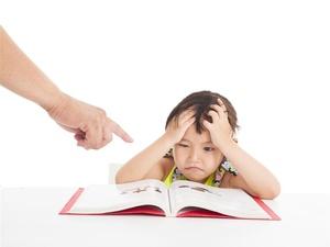 杨烁回应教育争议,对孩子过于严厉影响身心健康
