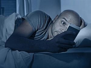 经常睡前玩手机的人会怎样?这些变化,不想再瞒你!