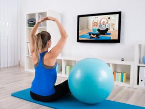 减肥躲家里练瑜伽适合吗?