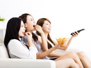 想吃不想胖?吃零食避开这三个时间!