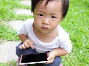 父母沉迷手机,不怕孩子情商低吗?