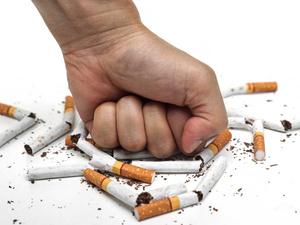 女子长期吸同事二手烟肺部长肿块!戒烟越早越好!