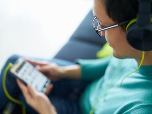 低头族注意了!男子长期卧床玩手机险些瘫痪……