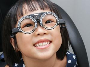 假性近视,该不该戴眼镜?