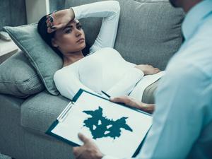 心情抑郁應該去看,精神科醫生還是心理咨詢師?