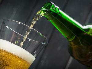 一杯白酒等于几瓶啤酒?怎么比才公平?教你科学计算,别吃亏了
