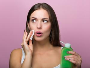 女人老不老,脸上的毛孔一看便知!毛孔粗大,这4个原因常被忽略