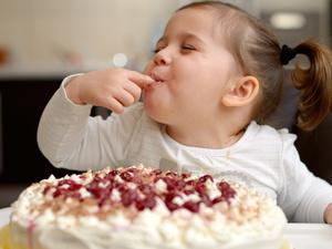 巨型辣条蛋糕亮相长沙,吃辣条真的有害健康吗?