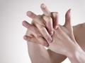 掰手指,会让关节变大?医生:这些小行为都会让你骨头变形