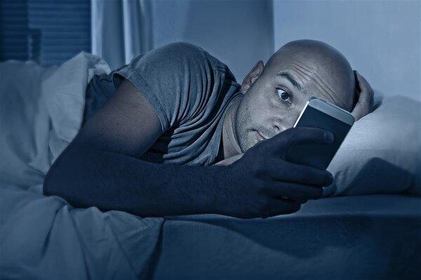 男子睡前玩手机竟失明!睡前不玩手机会死星人,你怕了没?