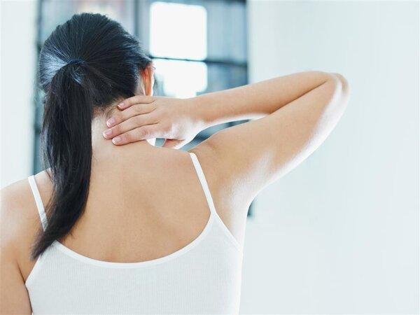 过度使用手机容易导致脊椎损伤