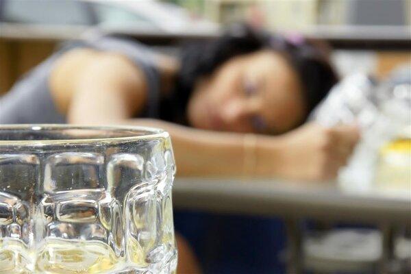 女孩醉酒吞下15cm汤勺,异物卡喉应该怎样急救?