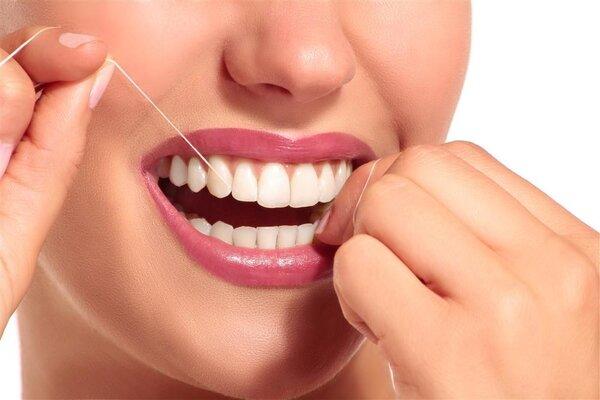 牙线VS牙签,哪个好?坚持用牙线,牙齿会发生惊人变化!